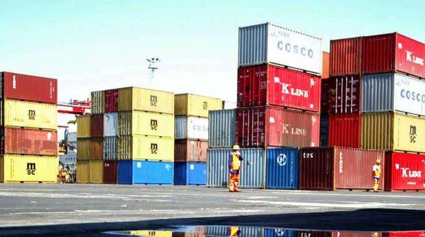 Export commercio, container in un deposito logistico di merce