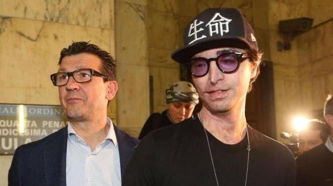 Stefano Savi con il padre dopo la lettura della sentenza di condanna per Boettcher