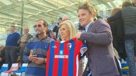 Lorenzo Spagnoli consegna una maglia ai genitori di Bagnare