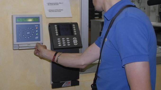 Un dipendente timbra il cartellino