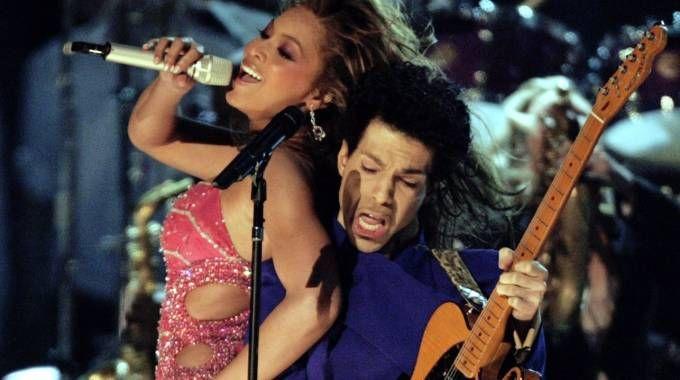 Prince ai Grammy del 2004 con Beyoncé (LaPresse)