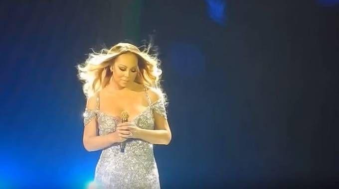 Parigi, Mariah Carey in concerto canta per Prince (Youtube)
