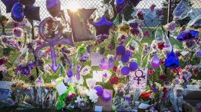Il ricordo dei fan al Paisley Park, dove Prince è morto (AFP)