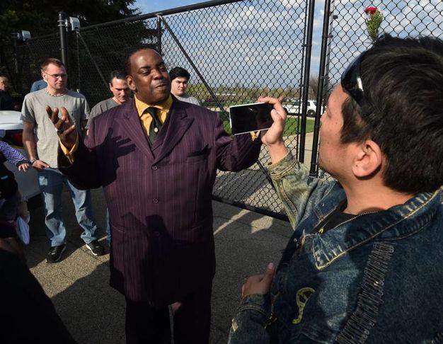Maurice Phillips, il cognato di Prince, è uscito a parlare con i fan (AFP)