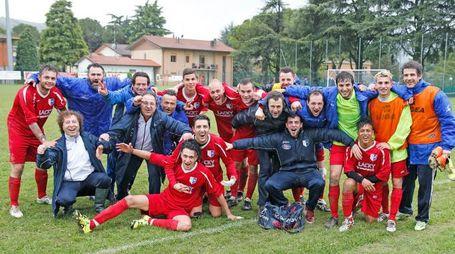La Valsanterno festeggia la vittoria nella finale playoff di Seconda Categoria (Foto Isolapress)
