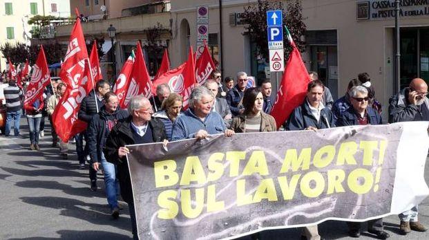 La manifestazione contro le morti sul lavoro (foto Umicini)