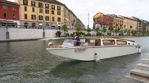 Barca taxi sui Navigli (Newpress)