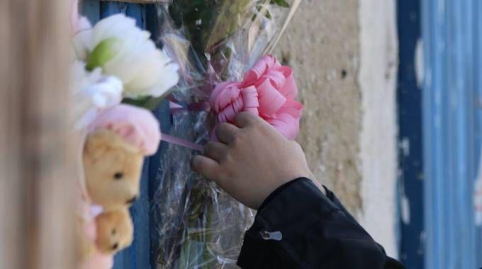 Fiori per Samantha, la bambina di tre anni morta al Calambrone