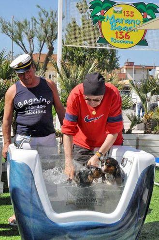 Con il bagnino Fausto Ravaglia del Marano Beach (foto Concolino)