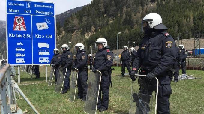 Poliziotti austriaci in assetto antisommossa sul confine del Brennero (Ansa)