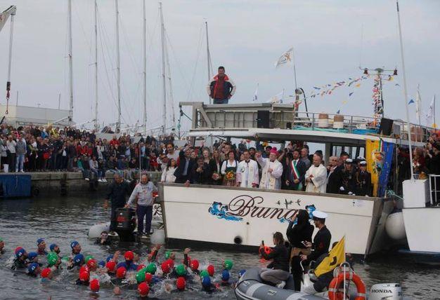 Il momento clou dello sposalizio del mare: il lancio dell'anello nelle acque dell'Adriatico e la sfida dei  pescatori dell'anello (foto Corelli)