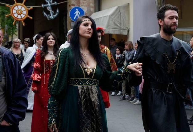 Il corteo ha accompagnato l'Anello fino all'imbarco (foto Corelli)