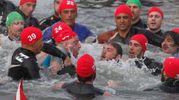 I pescatori si sfidano per recuperare l'anello (foto Corelli)
