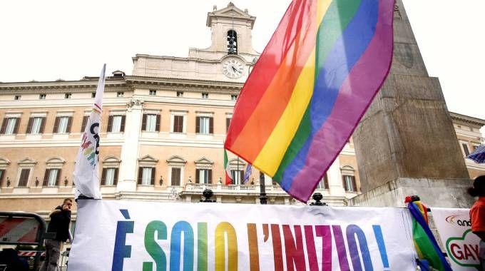 Festeggiamenti in piazza Montecitorio dopo l'ok alla legge sulle Unioni civili
