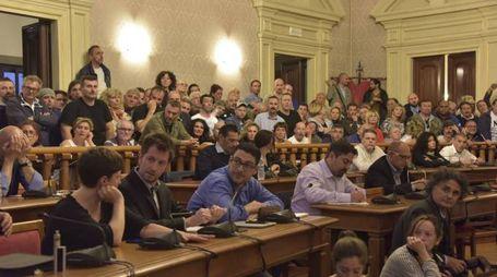 Livorno comune protesta pro e contro Nogarin