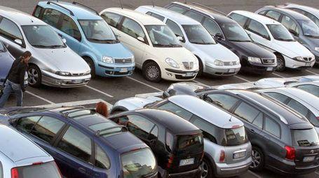 Una fila di automobili in un parcheggio a Roma in una foto di archivio. ANSA / CLAUDIO PERI