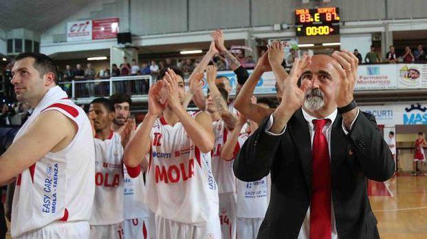 I biancorossi e il coach Giampiero Ticchi salutano  il caloroso pubblico del PalaRuggi (Isolapress)