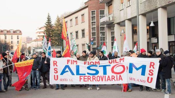 Operai che protestano contro il piano  di esuberi nel Triangolo maledetto di Sesto
