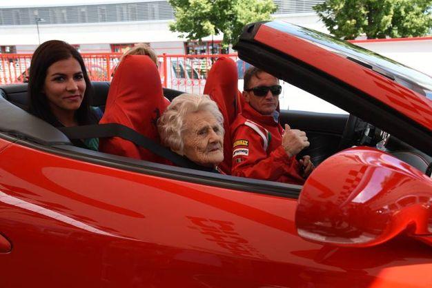 giro in ferrari a 104 anni, la nonna esaudisce il suo sogno