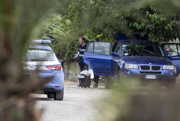 La polizia scientifica sul luogo del ritrovamento del cadavere di una giovane donna in via della  Magliana, Roma (Ansa)
