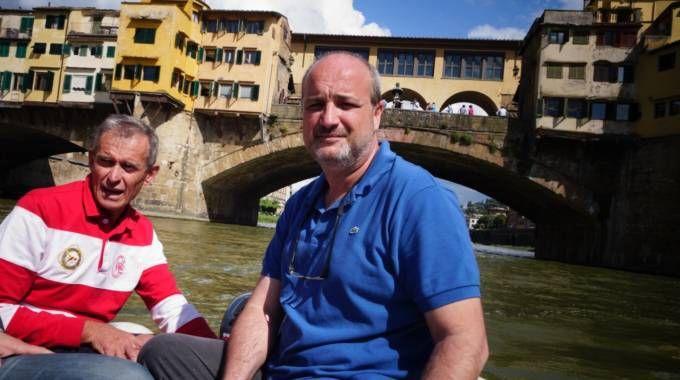 Il professor Caciagli, in maglia blu, sotto Ponte Vecchio (New Press Photo)