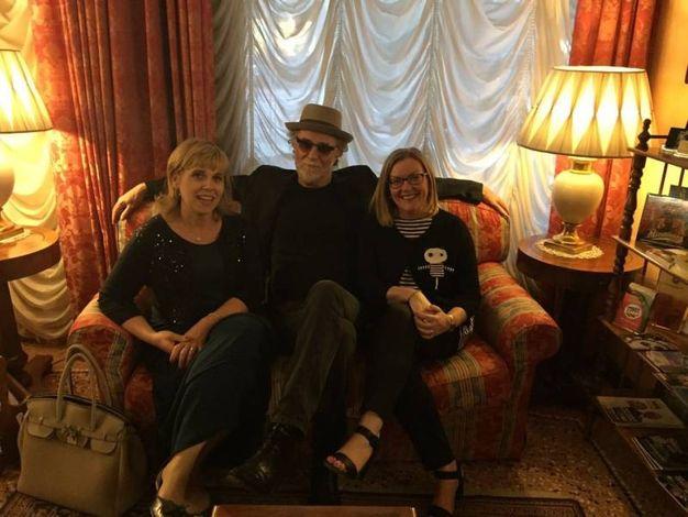 De Gregori  seduto fra l'assessore Monica Maioli e il sindaco Ilenia Malavasi nel pomeriggio prima del concerto (Foto di Alba Piazza)