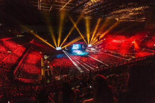 Giochi di luce a San Siro per il concerto di Laura Pausini