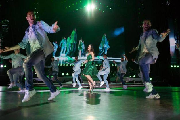 Laura Pausini balla e canta sul palco di San Siro