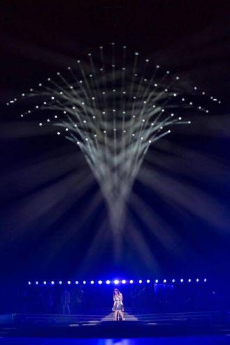 Luci e colori sul palco di San Siro per Laura Pausini