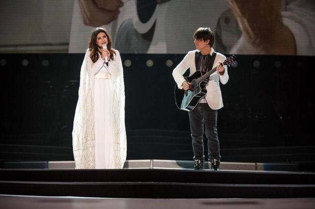 Laura Pausini in lungo e bianco la concerto a San Siro