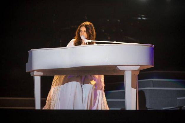 Laura pausini al pianoforte evstita di bianco