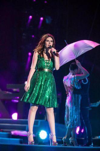 Abito pailletess verdi, brilla Laura Pausini a San siro