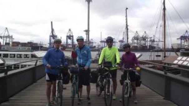 I quattro amici in partenza e nella foto sotto all'arrivo in Danimarca