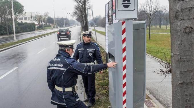 L'attivazione dell'autovelox in via Euterpe (foto Bove)