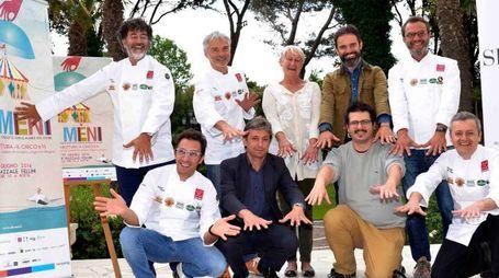 Il tendone di 'Al Méni' e (a destra) alcuni dei cuochi impegnati nella manifestazione insieme al sindaco Andrea Gnassi