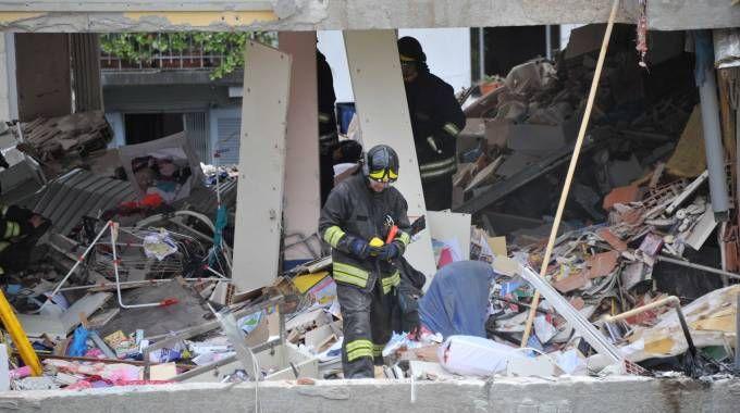 Vigili del fuoco al lavoro nel palazzo esploso in via Brioschi