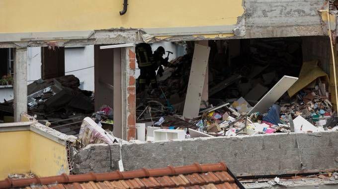 La palazzina in zona Navigli, a Milano, distrutta dall'esplosione (foto Lapresse)