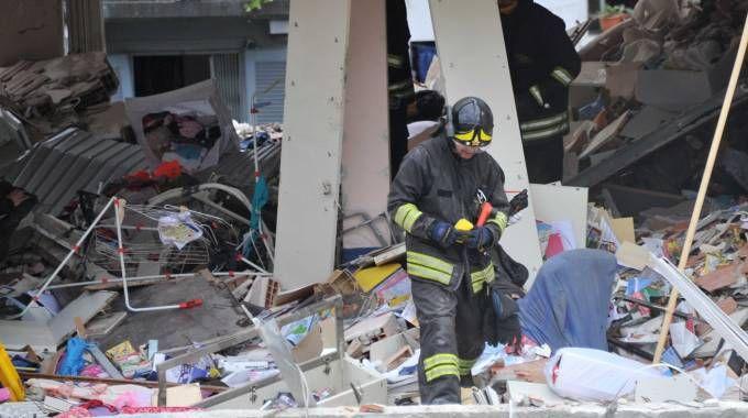 Un vigile del fuoco fra le macerie degli appartamenti in via Brioschi