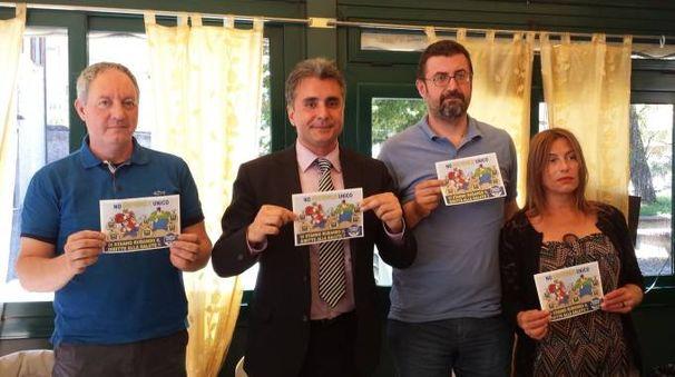 INSIEME Da sinistra Stefano Pollegioni, Antonio Baldelli, Andrea Montalbini e Roberta Castellini coi volantini per il 'No all'ospedale unico'