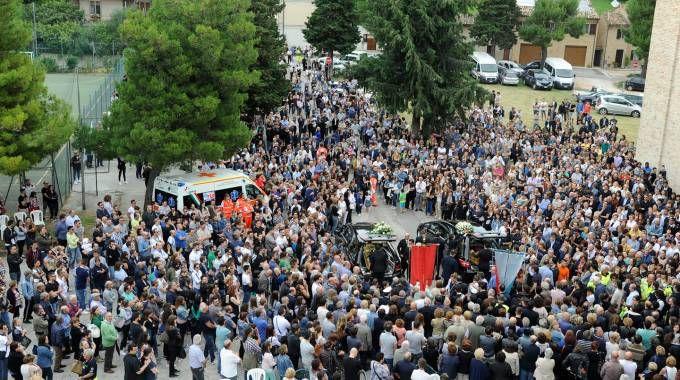 Folla al funerale di Riccardo Maglianesi e Chiara Magnamassa a Morrovalle (foto Pierpaolo Calavita)