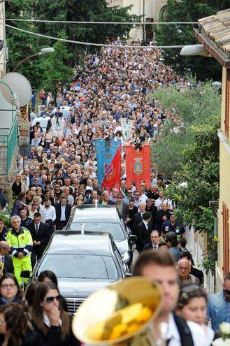 Il funerale dei due ragazzi morti a Milano nell'esplosione, il lungo corteo funebre di amici e parenti (foto Calavita)