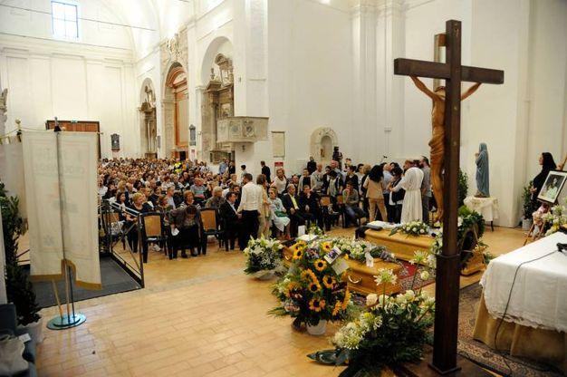 L'addio in chiesa ai due giovani morti a Milano nell'esplosione (foto Calavita)