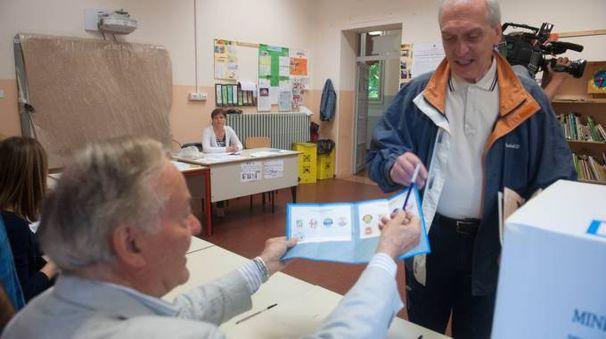Un signore va a votare (foto archivio)
