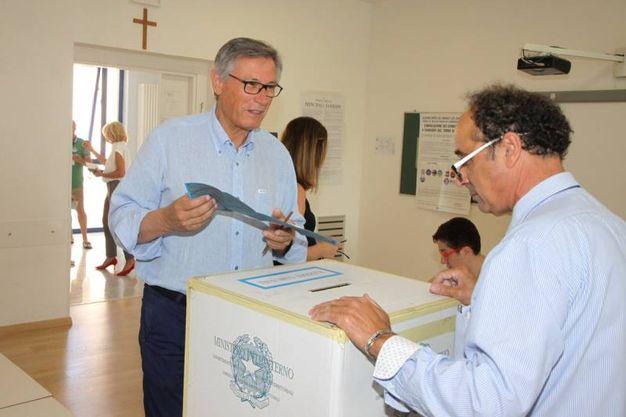 Ballottaggio, elezioni: Paolo Perazzoli al seggio (foto Sgattoni)