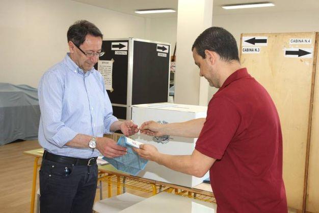 Ballottaggio, elezioni: Pasqualino Piunti al seggio (foto Sgattoni)