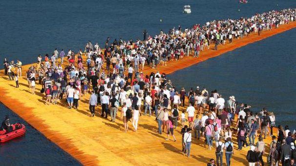 Una folla inverosimile sul ponte di Christo