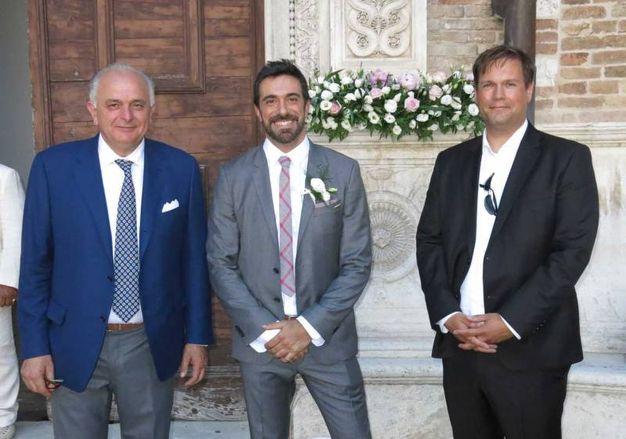 Lo sposo in attesa: da sinistra il sindaco di Urbino, Maurizio Gambini, Alessandro Carloni e Peter Aufreiter, direttore del Palazzo Ducale di Urbino (foto Tiziano Mancini)