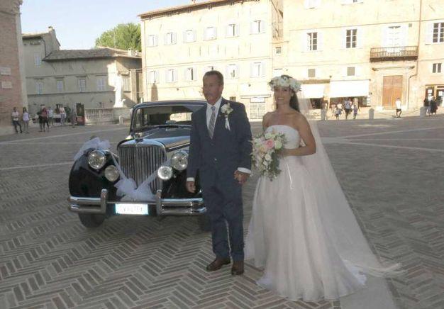 L'arrivo della sposa (foto Tiziano Mancini)