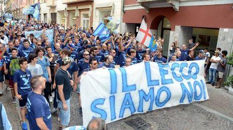 Un paio di settimane fa i tifosi avevano sfilato per chiedere la salvezza del Calcio Lecco
