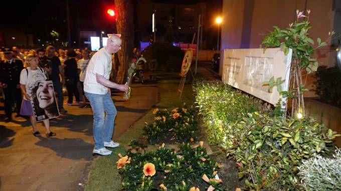 Marco Piagentini depone un fiore vicino al luogo della strage (Foto Umicini)
